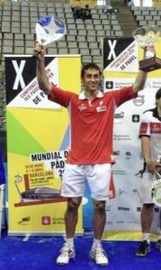 Fernando Poggi con el trofeo de Campeón del Mundo por parejas