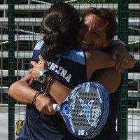 Paula Eyheraguibel y Celeste Paz celebrando el título de Campeonas del Mundo por parejas 2012